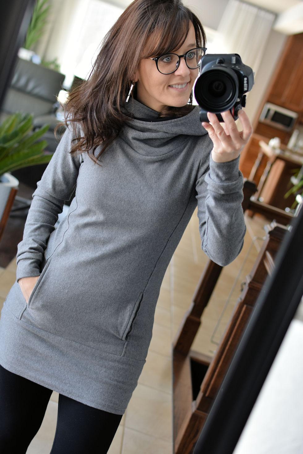 Hoodie gris chiné semi-ajusté à capuchon avec poches au devant. Création Québécoise signée Collection Space