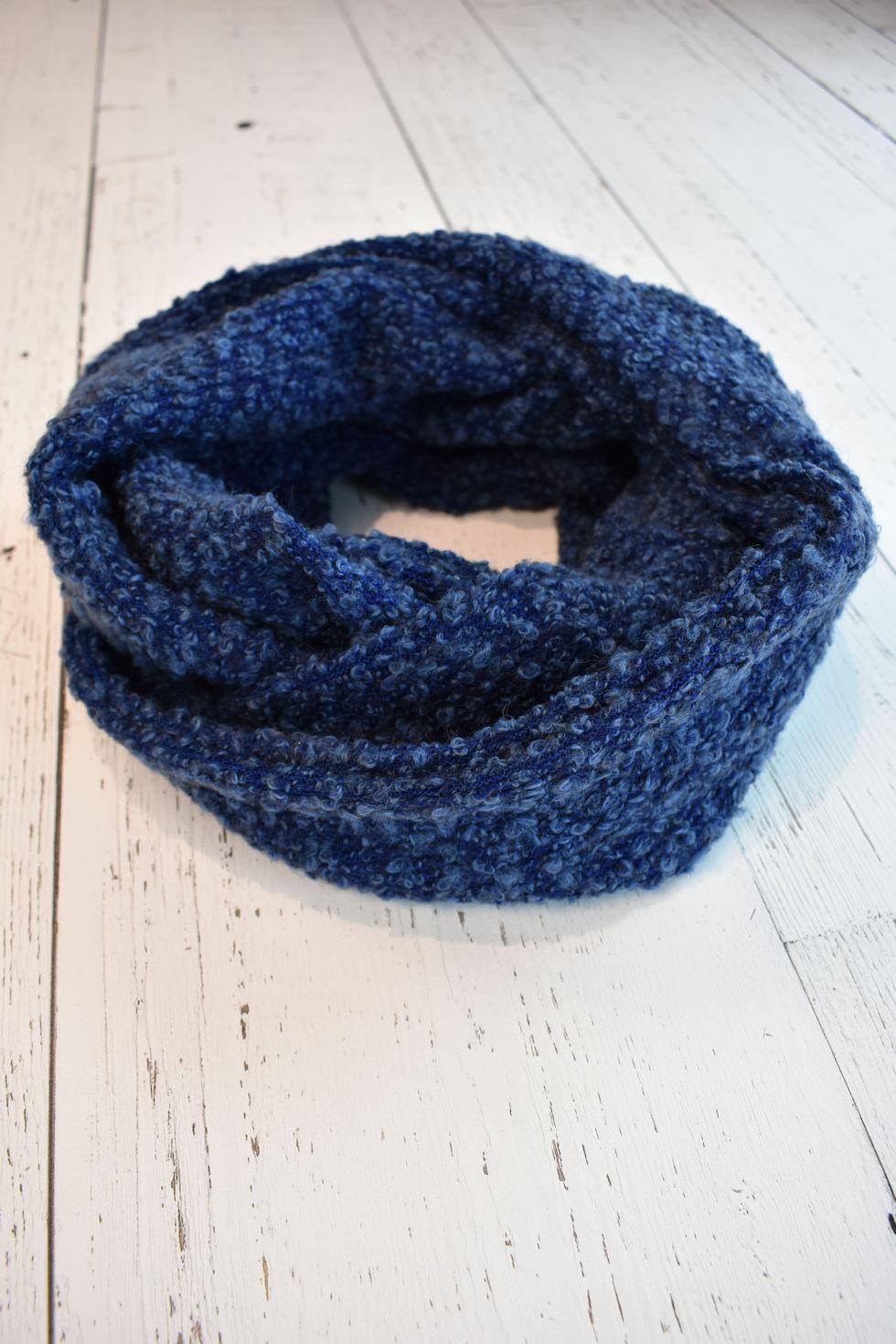Foulard infini en tissu bouclé bleu signé Collection Space