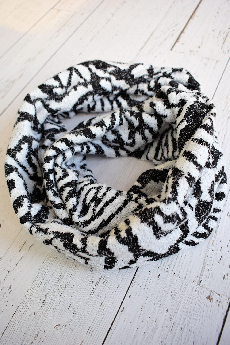 Foulard infini en tissu noir et blanc signé Collection Space