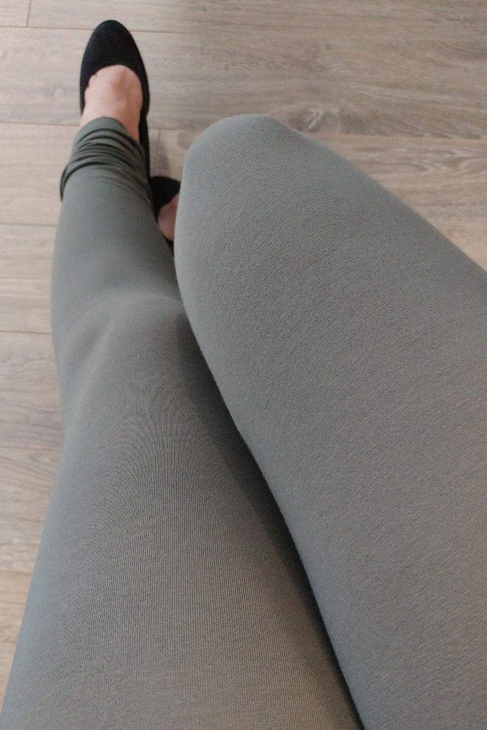 Pantalon-legging kaki en coton certifié OEKO-TEX.