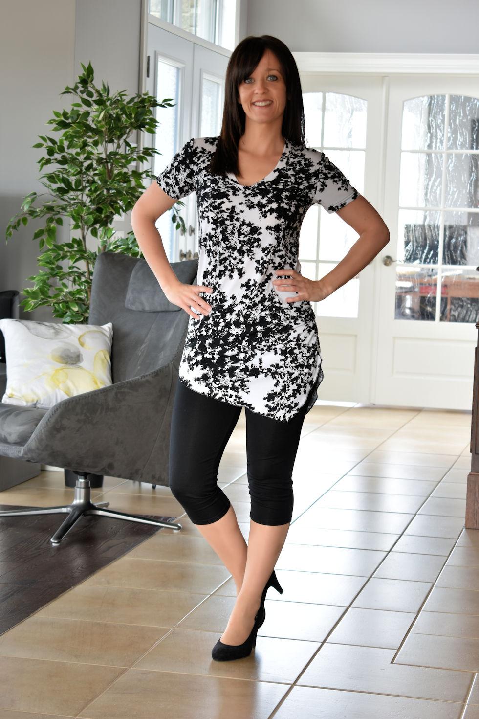 Tunique taille plus noire et blanche avec pointe au devant et au dos . Création signée Collection Space